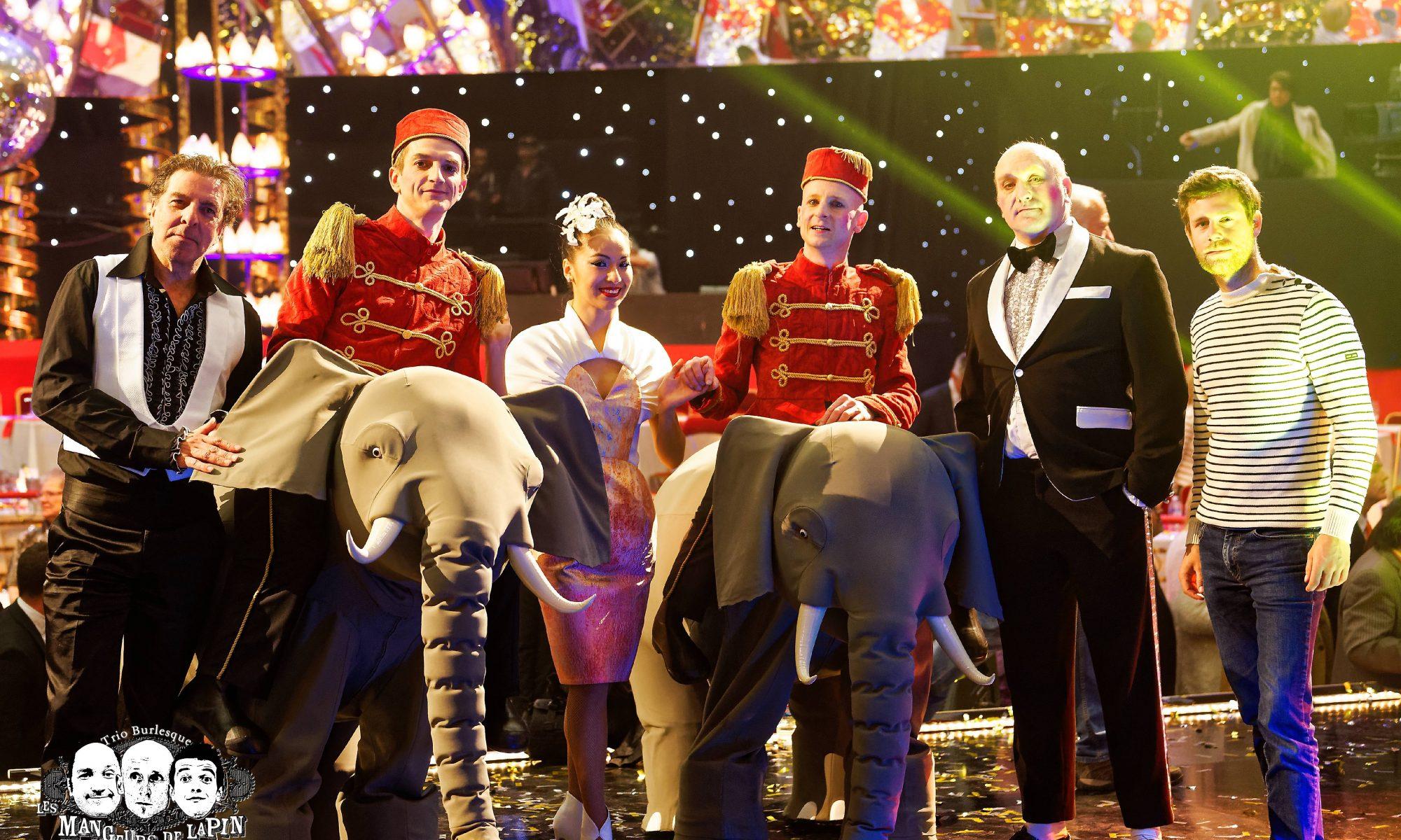 Parade des Elephants des Mangeurs de Lapin au Plus Grand Cabaret du Monde